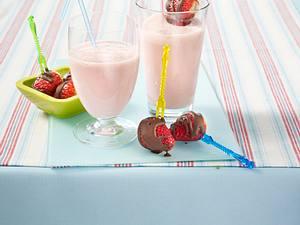 Erdbeer-Joghurt-Shake mit Erdbeerspieß Rezept