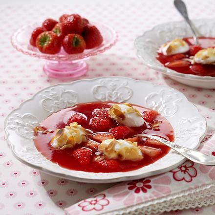 Erdbeer-Kaltschale mit Mandelschneeklößchen Rezept