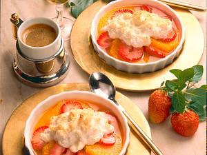 Erdbeer-Orangen-Salat mit Baiserhaube und Mandeln Rezept