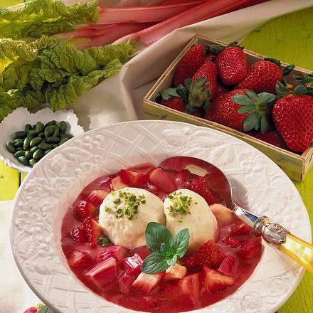 Erdbeer-Rharbarber-Grütze mit Vanille-Quark-Klößen Rezept