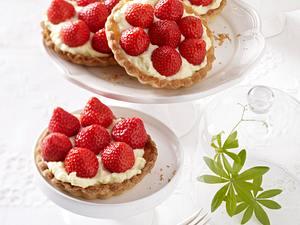 Erdbeer-Tarteletts mit Waldmeister-Sahnepudding Rezept