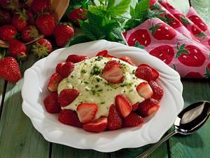 Erdbeeren mit Grießschaum Rezept