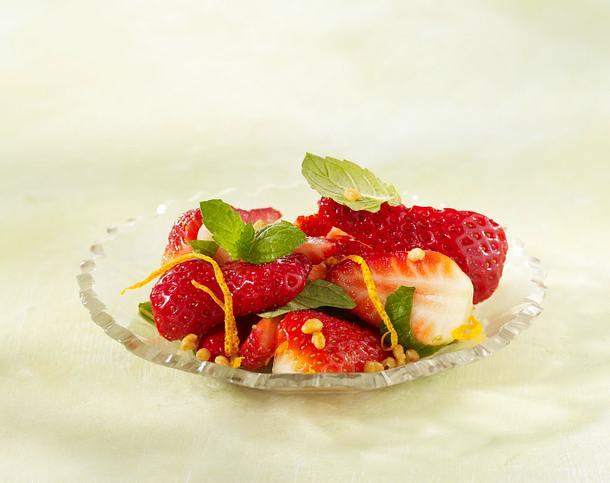 Erdbeeren mit Krokant, Minze, Orangensaft und -schale (vier mal anders) Rezept