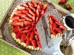 Erdbeerkuchen mit Stracciatella-Biskuit und Schokoladen-Pudding Rezept