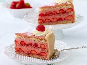 Erdbeermousse-Torte mit Marzipan Rezept