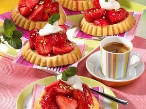Erdbeertörtchen mit Vanille-Schmand-Sahne Rezept
