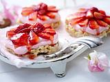Erdbeertörtchen mit weißem Schokocrossieboden Rezept