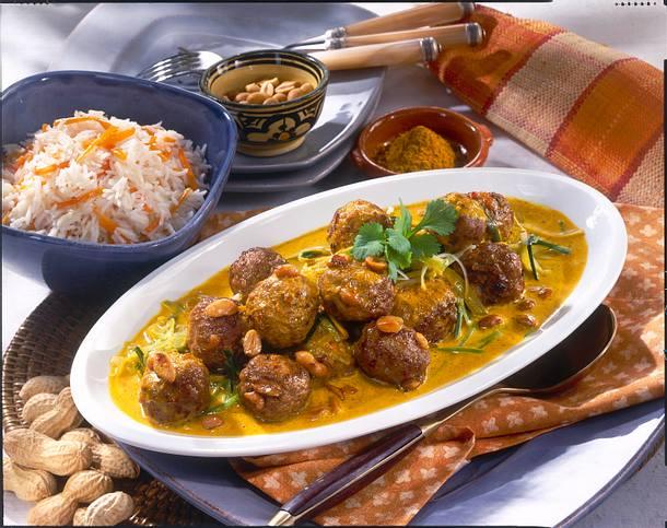 Erdnuss-Hackbällchen in Currysoße mit Möhren-Reis Rezept