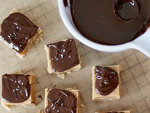 Erdnussbutter-Fudge mit Schokoladentopping und Fleur de Sel Rezept