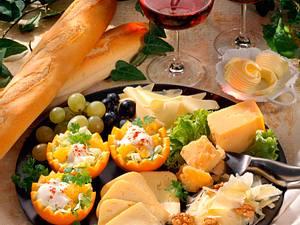 Europäische Käseplatte mit Orangenkörbchen Rezept