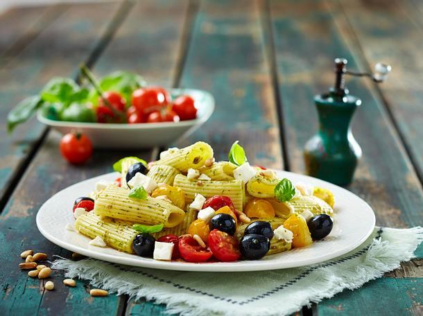 Express-Pasta mit Tomaten, Oliven & Feta Rezept