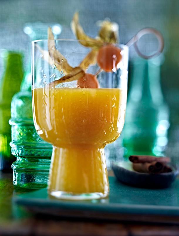 Exotische Drinks: Ananas-Mango-Smoothie mit Guyabano (ohne Spieß, mit Ananasblättern und Eiswürfeln Rezept