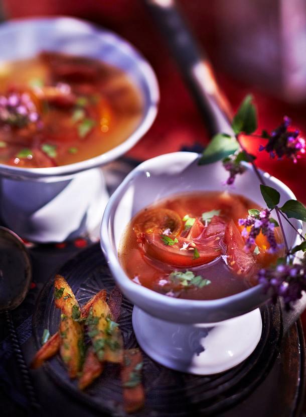Tomaten-Nuss-Suppe aus schwarzen Tomaten mit Kräuterpommes Rezept