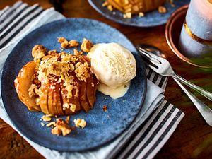Fächer-Bratapfel mit Vanilleeis Rezept