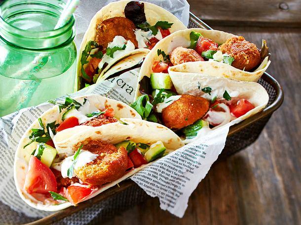 Falafel mit Salat und Sesamsoße im Fladenbrot
