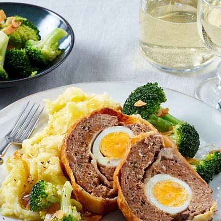Falscher Hase im Blätterteigmantel zu Brokkoli und Kartoffelpüree Rezept