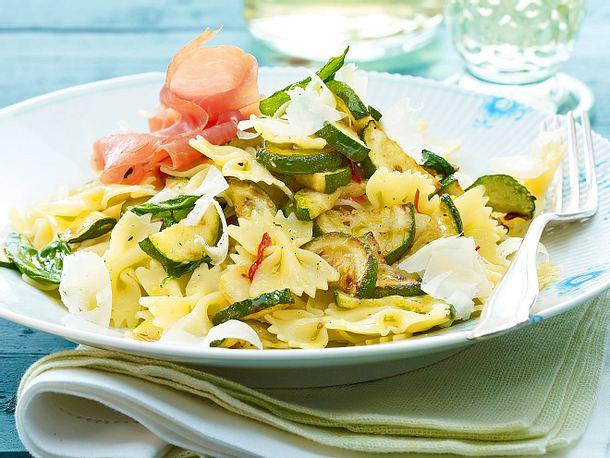 Farfalle aglio e olio mit Zucchini, Knoblauch und Parmaschinken Rezept