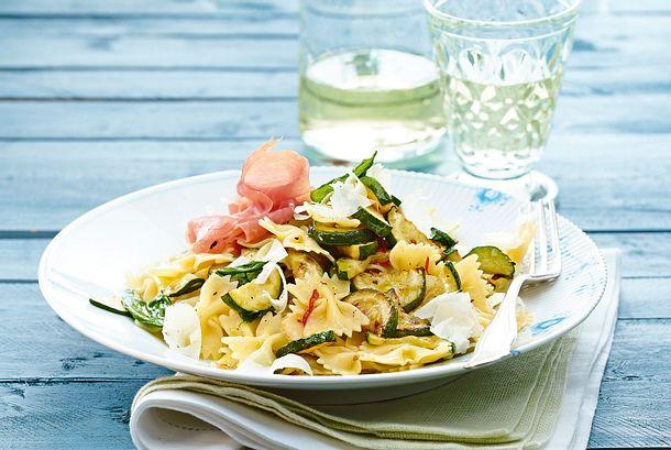 Farfalle aglio e olio mit Zucchini und Parmaschinken Rezept