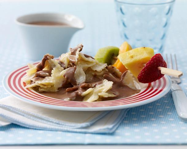 Farfalle in Schokosoße mit Obstspießen Rezept