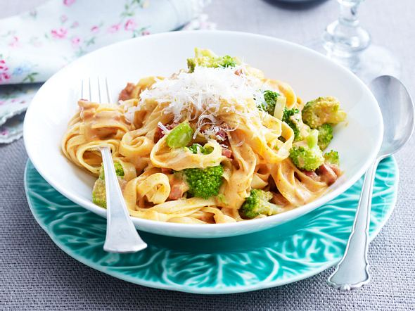 Feine Bandnudeln mit Brokkoli, Speck und Rahmsoße Rezept