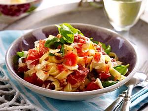 Feine Bandnudeln mit Tomaten-Mozzarella-Soße und Fenchel-Salami Rezept