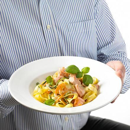 Feine Gemüse-Bandnudeln mit Lachs Rezept