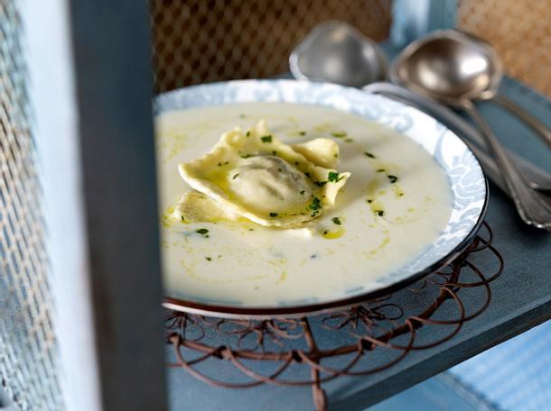 Feine Knollensellerie-Cremesuppe mit selbstgemachten Ravioli Rezept