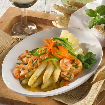 Feine Spargelplatte mit Basilikum-Garnelen, Möhren und Zucchinistreifen Rezept