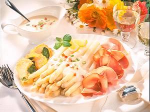 Feine Spargelplatte mit Basilikumcrêpes und dreierlei Schinken Rezept