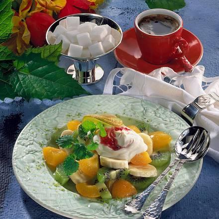Feiner Obstsalat mit Erdbeerschmand Rezept