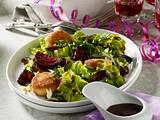 Feiner Salat mit gerösteten Rote Bete, Rauke und panierten Ziegenkäsetalern mit Balsamico-Dressing Rezept