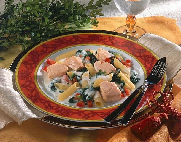 Feines Lachsfilet auf Spinat und Nudeln Rezept