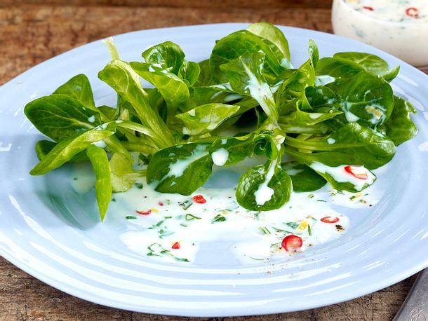 Feldsalat vier mal anders: mit Buttermilchdressing Rezept