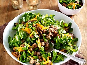 Feldsalat mit Nuss-Dressing und angebratenen Bröseln vom vegetarischen Hackbraten Rezept