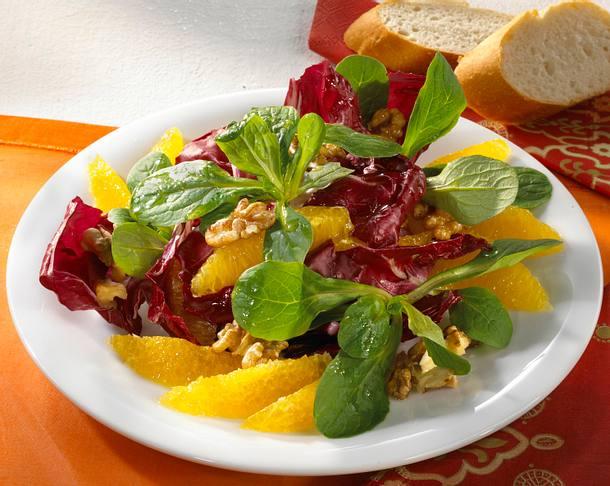 Feldsalat mit Radicchio, Orangen und Walnuss-Vinaigrette Rezept