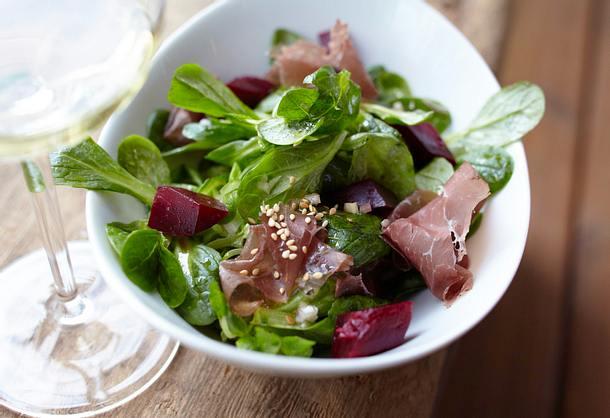 Feldsalat mit Roter Bete, Bündnerfleisch und Sesam-Teriyaki-Vinaigrette Rezept