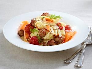 Fenchel-Möhren-Pasta mit Geflügel-Hackbällchen und Frischkäse-Senfsoße Rezept