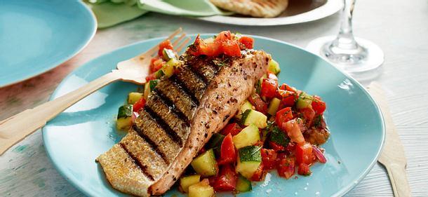 Fenchellachs mit Gazpacho-Salat und gegrilltem Naan-Brot Rezept