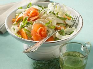 Fenchelsalat mit Papaya, Lauchzwiebeln, Räucherlachs und Dill-Vinaigrette Rezept