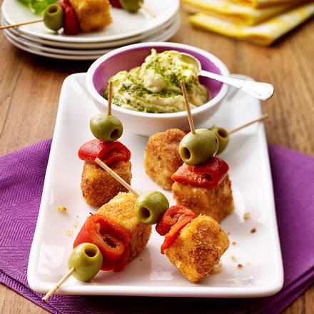 Feta-Spieße mit gerösteter Paprika und Oliven mit Aioli-Pesto-Dip Rezept
