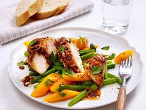 Feuriges Hähnchenfilet mit Honig-Bier-Kruste auf Möhren-Bohnen-Gemüse Rezept