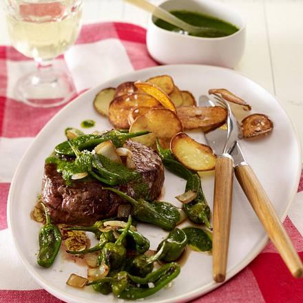 Filesteak mit mojo verde (grüne Soße), gebratenen Pimientos und Kartoffelchips Rezept
