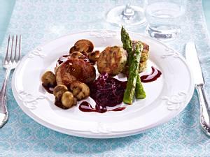 Filet Mignon mit Rotweinzwiebeln, Serviettenknödeln und Gemüse Rezept