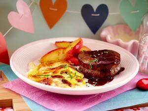 Filetsteak in Rotweinsoße mit Kartoffelgratin und Liebesapfel Rezept