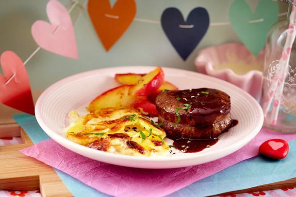 filetsteak in rotweinso e mit kartoffelgratin und liebesapfel rezept chefkoch rezepte auf. Black Bedroom Furniture Sets. Home Design Ideas