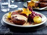 Filetsteak mit Preiselbeersahne, Gremolata-Panko-Knödeln und Würzrotkohl Rezept