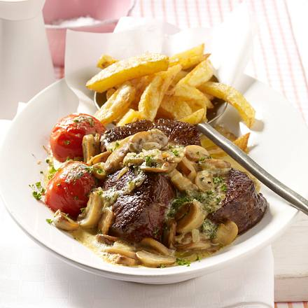 Filetsteaks mit Zwiebel-Champignon-Rahm zu Pommes Rezept