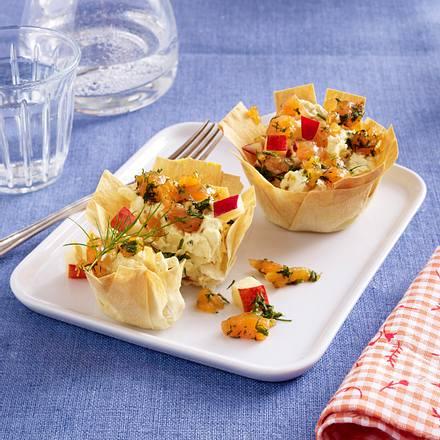 Filo-Törtchen mit Lachs- und Apfelwürfeln und Frischkäse-Curry-Soße Rezept
