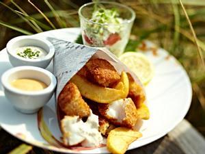 Fisch und Chips mit zweierlei Dips und Salat Rezept