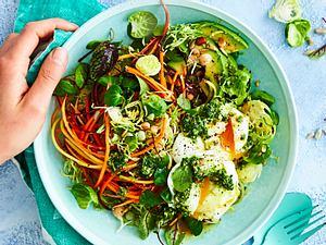 Fitmacher-Salat mit Pesto & pochiertem Ei Rezept